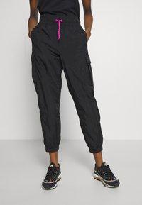 Nike Sportswear - W NSW ICN CLSH PANT WVN - Joggebukse - black/fire pink - 0
