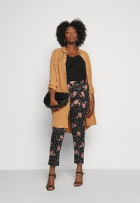 CAPSULE by Simply Be - PRINTED TAPERED TROUSERS - Bukse - black/coral - 1