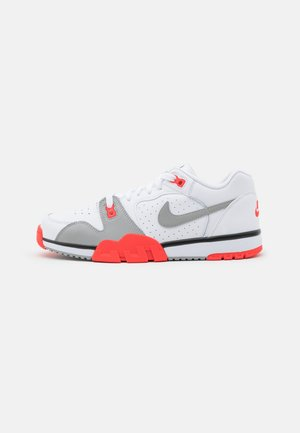 CROSS TRAINER - Tenisky - white/light smoke grey/black/bright crimson
