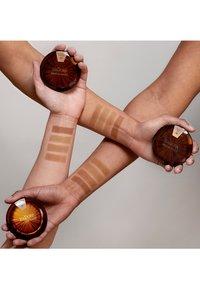 IsaDora - BRONZING POWDER - Bronzer - matte tan - 5