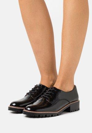 LIZZO CLEAT SOLE LACE UP - Zapatos de vestir - black