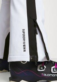 Superdry - SLALOM SLIM - Spodnie narciarskie - white - 3