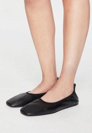 LU - Slip-ons - black