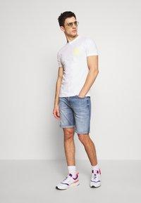 Calvin Klein Jeans - INSTIT POP LOGO SLIM TEE - T-shirt z nadrukiem - bright white - 1