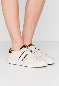 MICHAEL Michael Kors - IRVING STRIPE LACE UP - Sneakers laag - ecru - 0