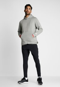 Under Armour - ATHLETE RECOVERY GRAPHIC HOODIE - Mikina s kapucí - gravity green/metallic silver - 1