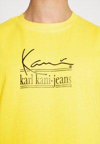 Karl Kani - SIGNATURE TEE UNISEX  - T-shirt imprimé - yellow - 4