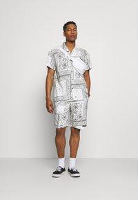 Mennace - BANDANA PRINT BOWLING - Shirt - white - 1