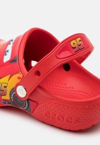 Crocs - CROCSFUNLAB DISNEY PIXAR CARS CLOG - Sandály do bazénu - flame - 5