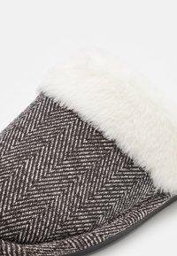 Cotton On - LACHLAN SLIPPERS - Tofflor & inneskor - grey - 5