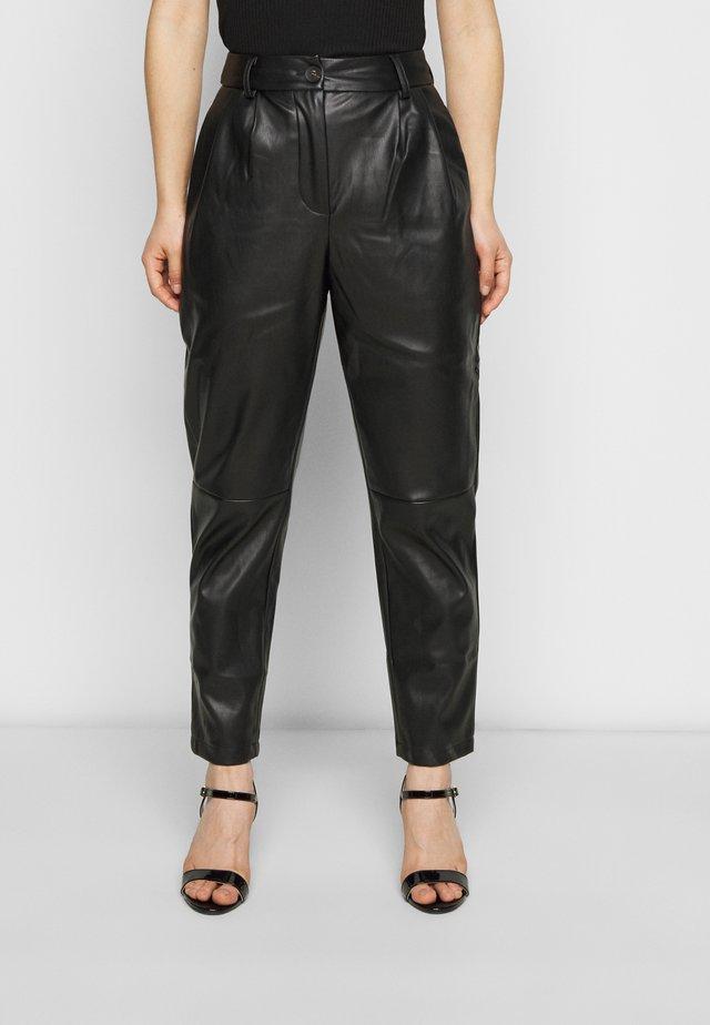 VMSOLAHOLLY COATED PANT  - Pantalones - black