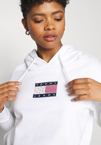 Tommy Jeans - AMERICANA BADGE HOODIE - Sweat à capuche - white - 3