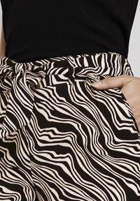 TOM TAILOR - MIT BINDEGÜRTEL - Pantalon classique - black wavy design - 4