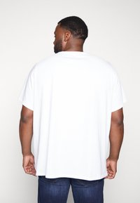 Levi's® Plus - BIG GRAPHIC TEE - T-shirt print - white - 2