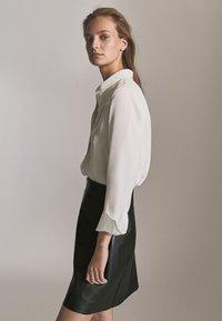 Massimo Dutti - MIT REIẞVERSCHLUSS  - Leather skirt - black - 2