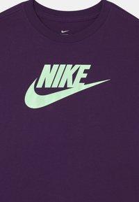 Nike Sportswear - TEE BASIC FUTURA - Camiseta estampada - grand purple - 2
