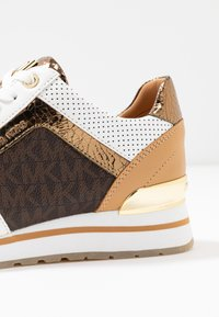 MICHAEL Michael Kors - BILLIE TRAINER - Sneakersy niskie - optic white/brown - 2