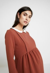 Paula Janz Maternity - DRESS BOSSA NOVA NURSING - Denní šaty - cayenne - 5