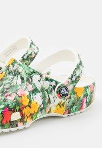 Crocs - CLASSIC PRINTED FLORAL - Klapki - white/multicolor - 5