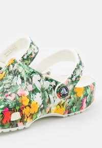 Crocs - CLASSIC PRINTED FLORAL - Sandalias planas - white/multicolor - 5
