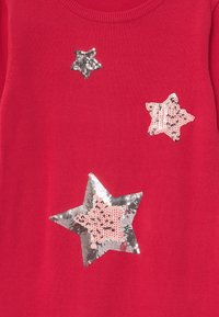 Blue Seven - KIDS SEQUIN STARS - Gebreide jurk - hochrot - 2