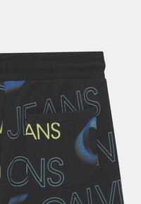 Calvin Klein Jeans - PIXELATED  - Shorts - black - 2
