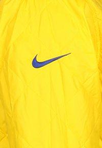 Nike Performance - NBA GOLDEN STATE WARRIORS REVERSIBLE COURTSIDE TRAININGSJACKE HE - Sports jacket - rush blue / amarillo - 5
