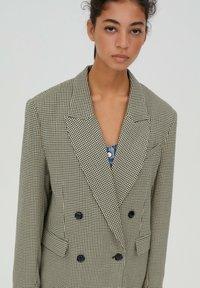 PULL&BEAR - Krótki płaszcz - brown - 4