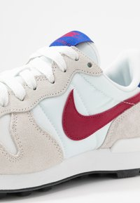 Nike Sportswear - INTERNATIONALIST - Sneaker low - summit white/noble red/hyper blue/black - 2