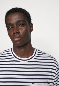 NN07 - KURT - T-shirt imprimé - navy stripe - 3