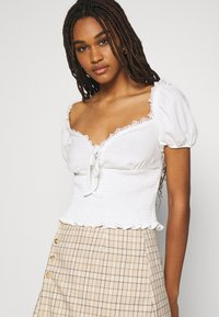 Glamorous - SMOCKED CROP WITH PUFF SHORT SLEEVES - Print T-shirt - off white - 4