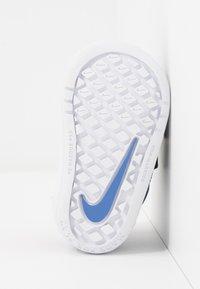 Nike Performance - PICO 5 GLITTER  - Sportschoenen - black/white/sapphire - 5