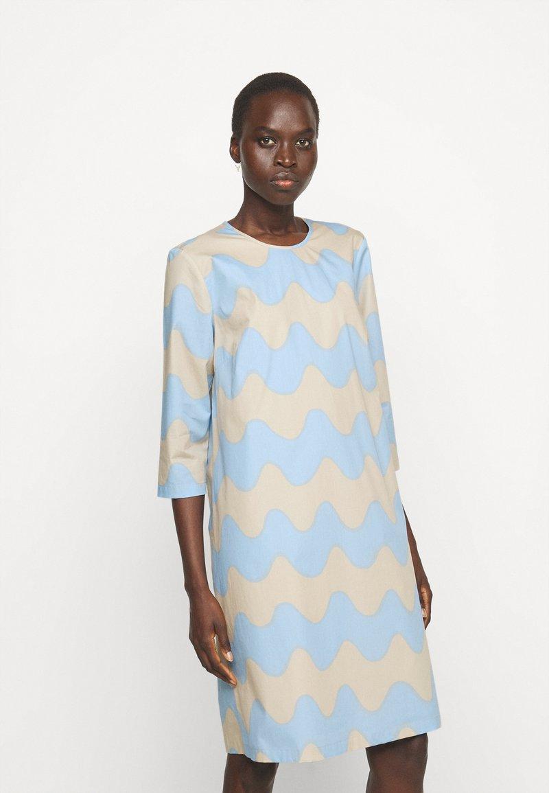 Marimekko - CLASSICS HAVAITTU PIKKU LOKKI DRESS - Day dress - blue/sand