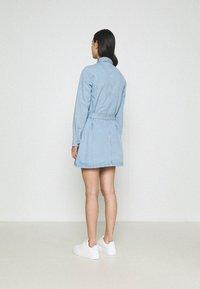 Missguided - UTILITY POCKET BELTED DENIM DRESS - Vestido vaquero - light blue - 2