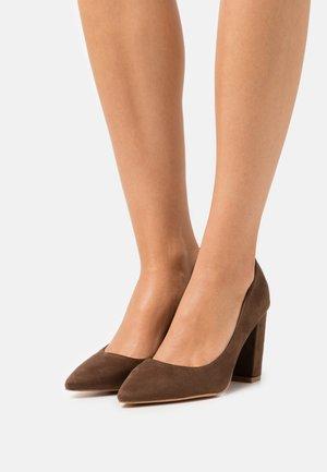 JUDITH - Tacones - brown