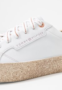Tommy Hilfiger - GLITTER FOXING DRESS SNEAKER - Trainers - white/gold - 2