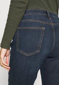 GAP - V BOOT PEARL - Bootcut jeans - dark rinse - 6