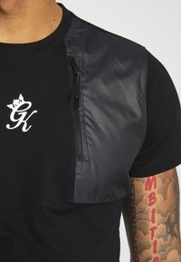 Gym King - WITH PANEL OVERLAY - Camiseta estampada - black - 4