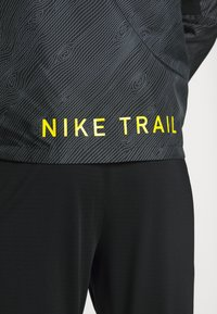 Nike Performance - TRAIL - Wiatrówka - black/laser crimson - 4