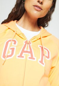 GAP - FASH - Zip-up hoodie - icy orange - 5
