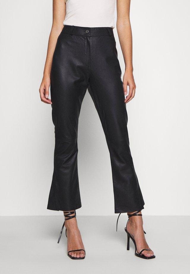 FLARE PANT - Spodnie skórzane - black