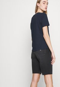 Tommy Jeans - SLIM TEE - T-shirts med print - twilight navy - 4
