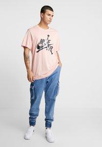 Jordan - CLASSICS  CREW - T-shirt med print - coral stardust/light bone - 1