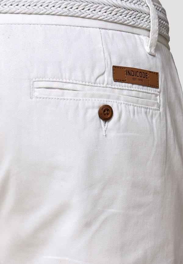 INDICODE JEANS CASUAL FIT - Szorty - off white/biały Odzież Męska OYNV