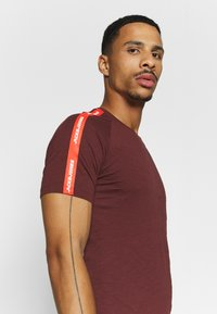 Jack & Jones - JCOCURVE TRAIN TEE CREW NECK - Print T-shirt - port royale - 3