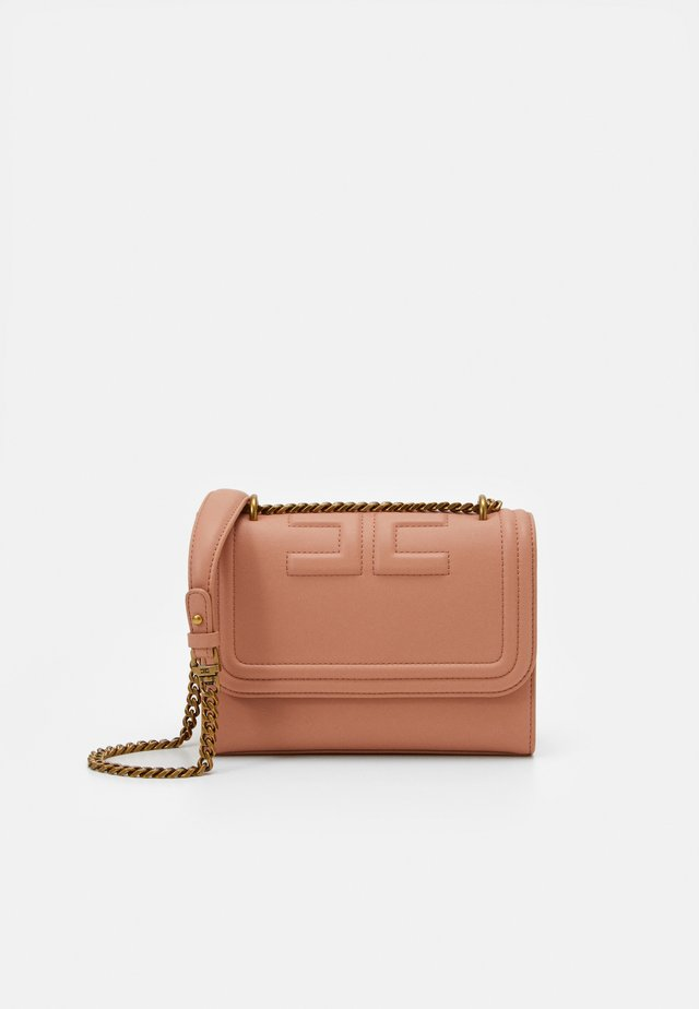 EMBOSS SHOULDER CHAIN BAG - Borsa a tracolla - rose gold