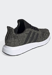 adidas Originals - SWIFT RUN SHOES - Trainers - green/black/white - 4
