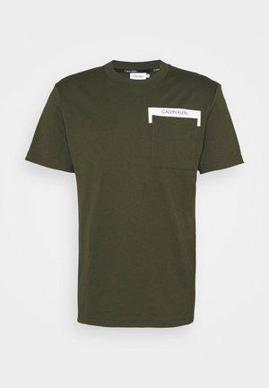 REFLECTIVE POCKET - T-shirt con stampa - dark olive