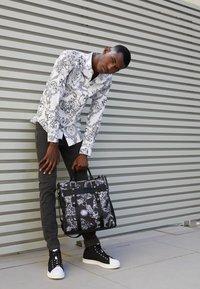 Versace Jeans Couture - PRINT REGALIA BAROQUE - Shirt - bianco - 2