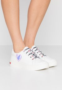 Love Moschino - EXCLUSIVE  - Sneakersy niskie - bianco - 0